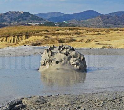 turisti-din-toata-tara-au-evadat-in-decorul-selenar-de-la-vulcanii-noroiosi,-in-primele-zile-din-noul-an-video