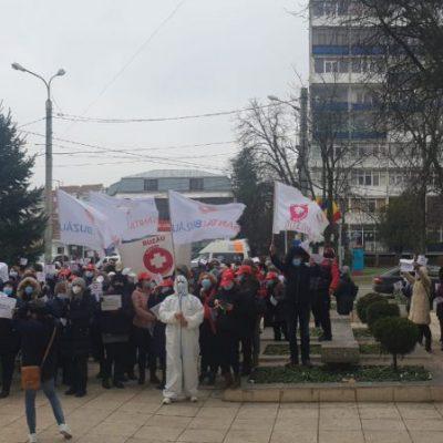 (update)-protest-in-fata-prefecturii.-vor-sporuri-si-salarii-mai-mari-(foto+video)