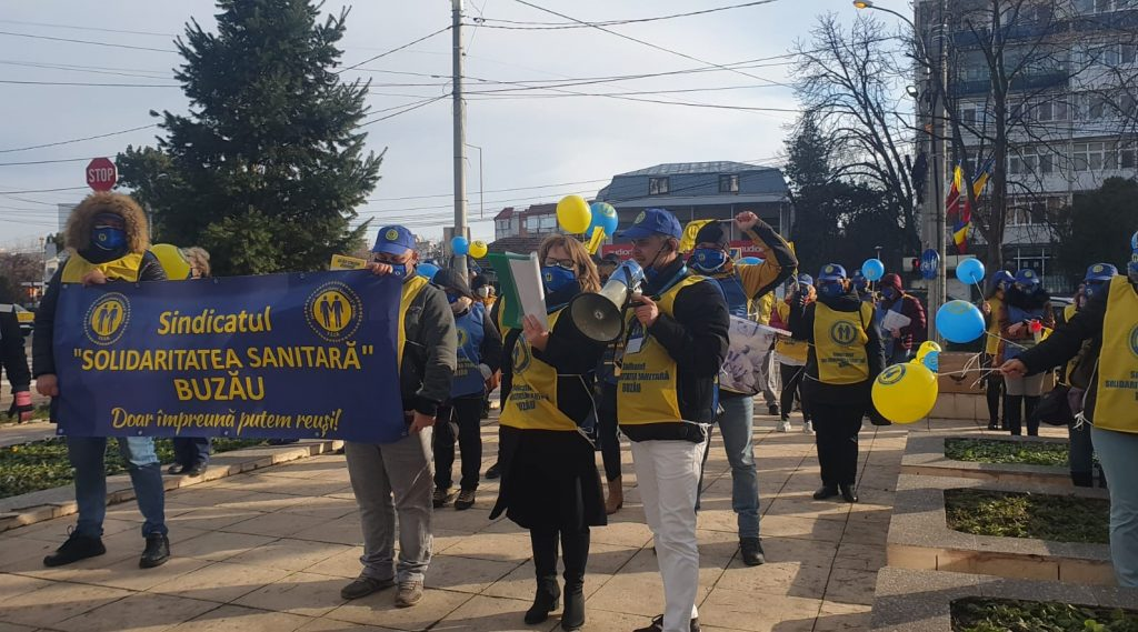 protest-sub-semnul-durerii.-sindicalistii-din-sanatate-si-au-strigat-neputinta-si-deznadejdea,-in-fata-prefecturii