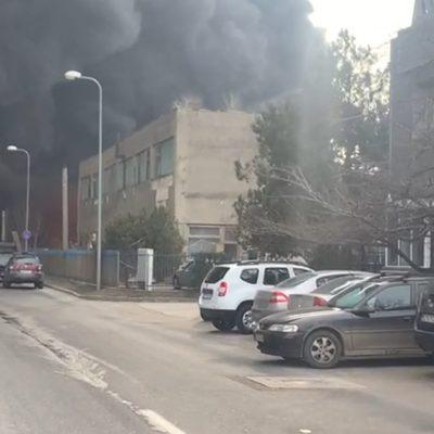 traficul-spre-pogoanele-prin-maxenu-via-smeeni,-oprit-de-politie-din-cauza-incendiului-de-la-societatea-de-recilare
